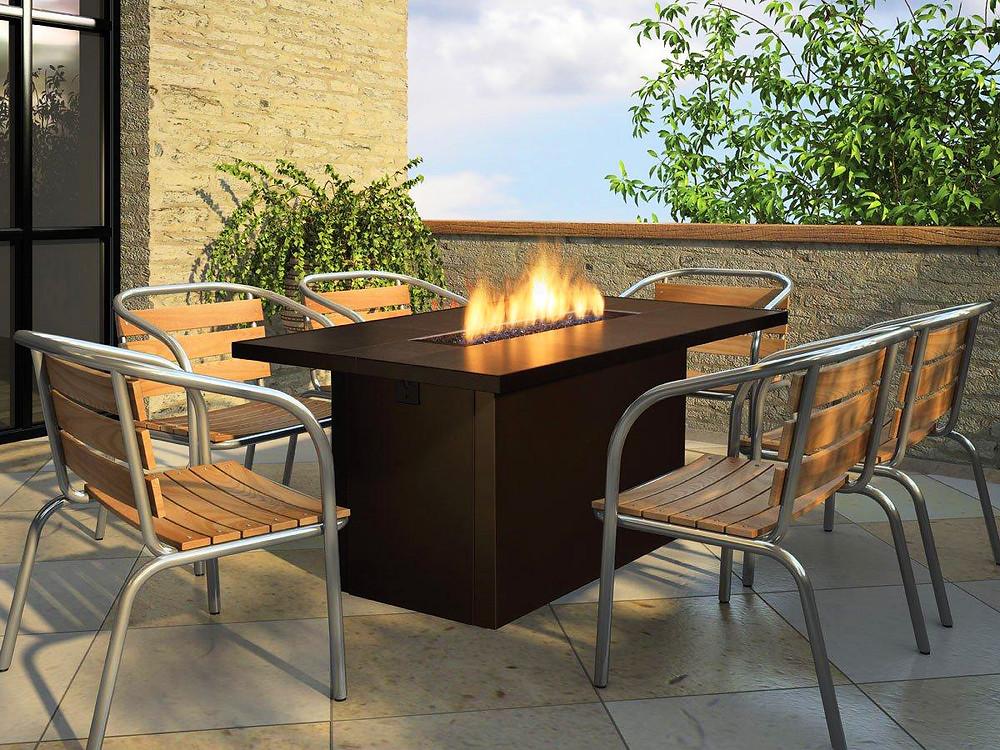 Poner una chimenea en el jardín: mesa con chimenea integrada