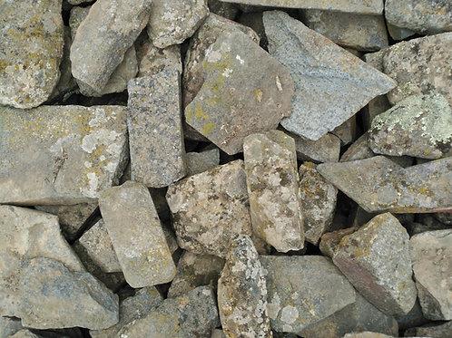 Piedra irregular musgo oscuro