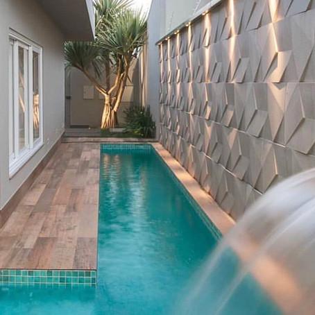 ¿Es posible tener piscinas en jardines alargados?