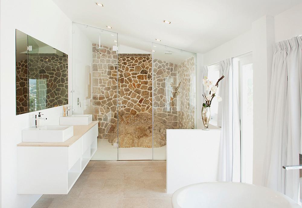 Revestimientos en piedra irregular: una pared del baño