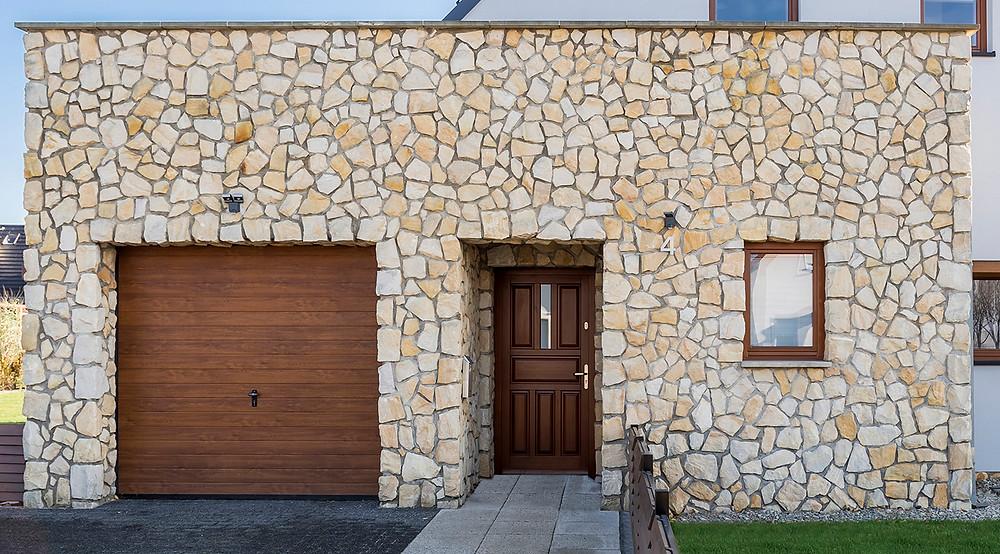Revestimientos en piedra irregular: la pared principal