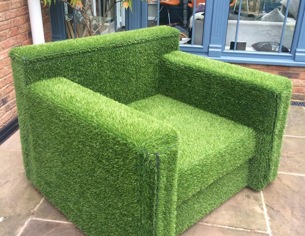 Un sillón de césped artificial