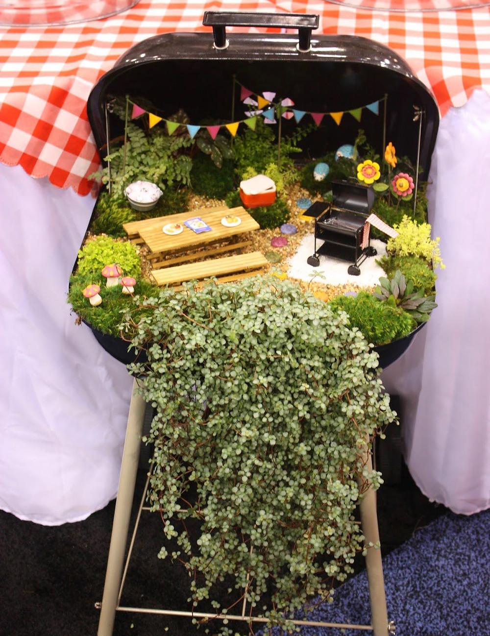 Mini jardines de cuento: mini jardín en una barbacoa