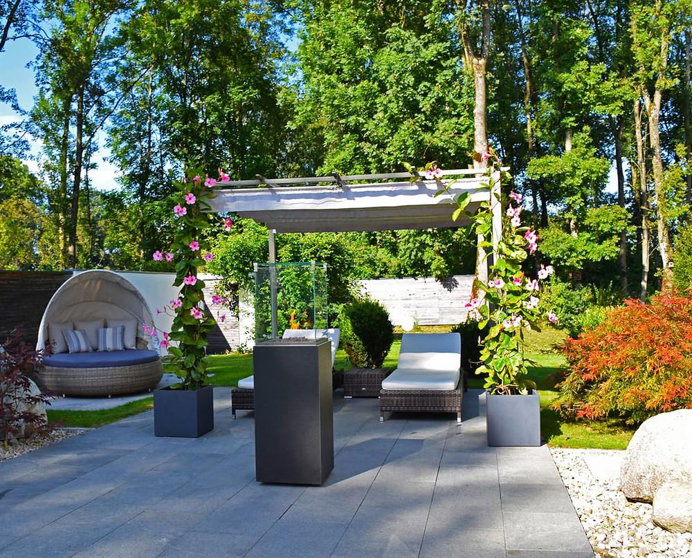 Poner una chimenea en el jardín: chimenea en vitrina