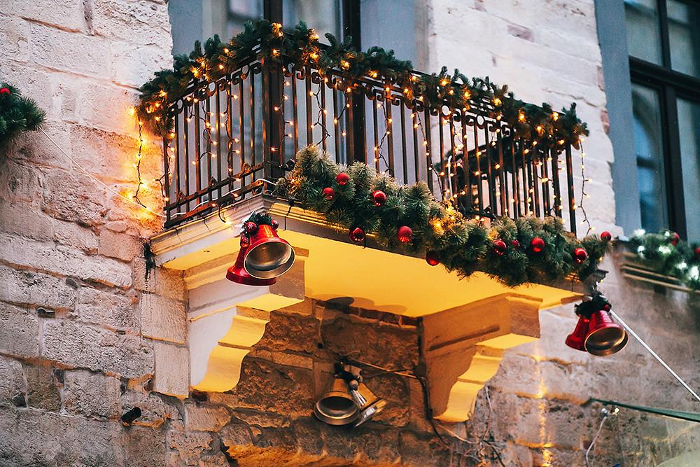 Decorar un jardín en Navidad con campanas