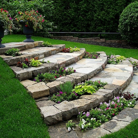 3 trucos infalibles para decorar un jardín en pendiente