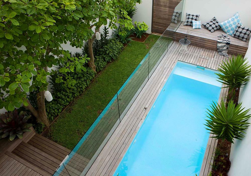 Piscinas en jardines alargados