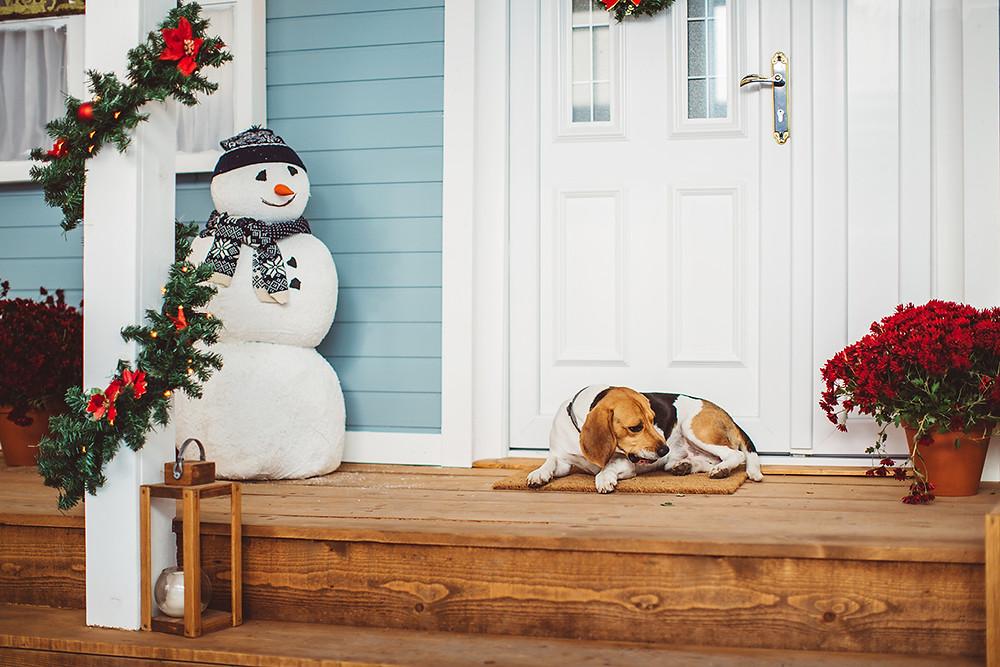 Decorar un jardín en Navidad con un muñeco de nieve