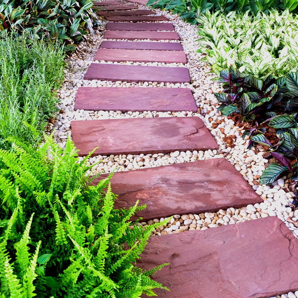 Camino de piedras en el jardín._DEPIEDRA