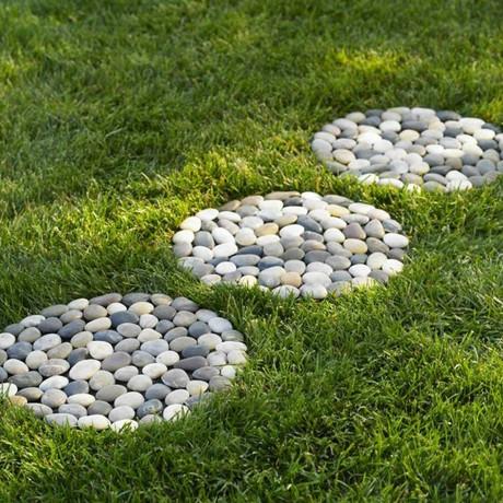 Cómo hacer un camino de piedra en el jardín