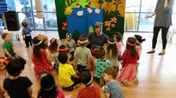 הילדים מרותקים להצגה ולשחקן