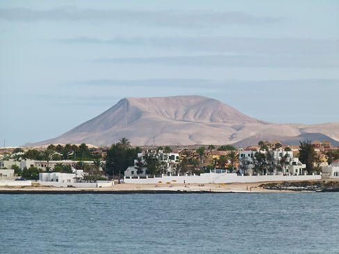 Corralejo_with_volcano_Bayuyo_seen_from_