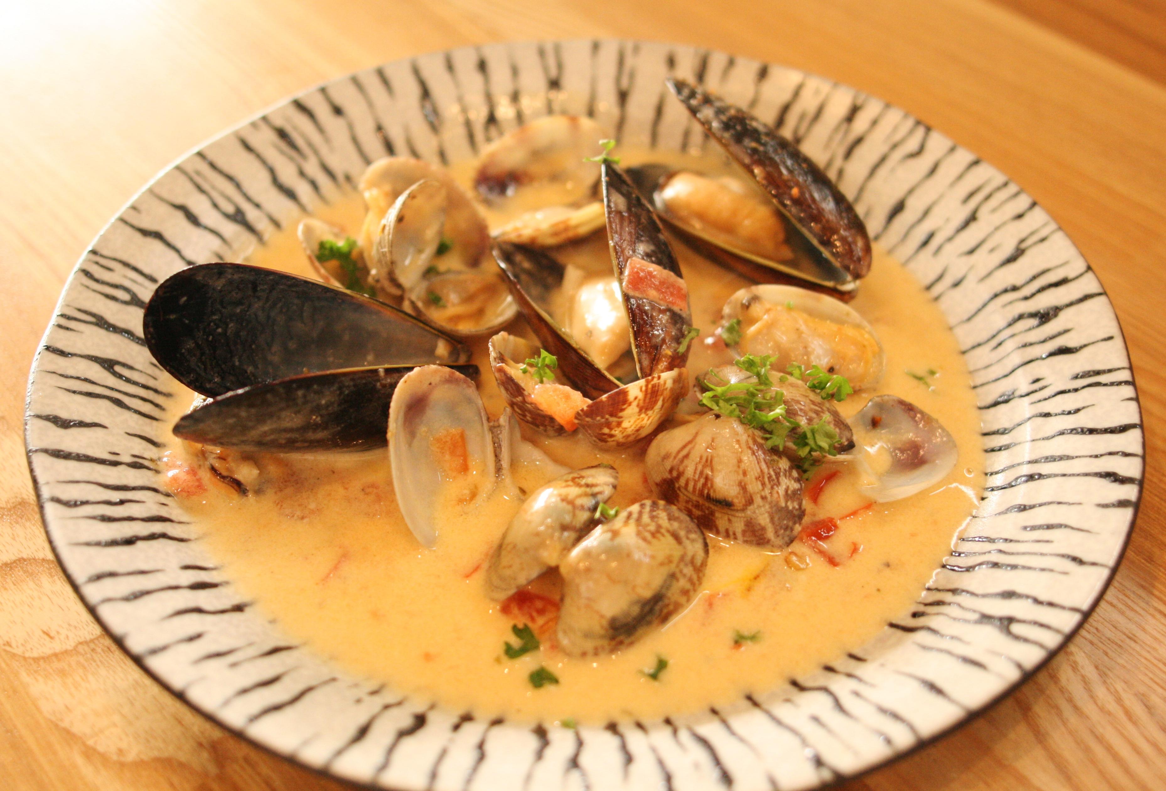アサリとムール貝のクリームスープサフラン風味