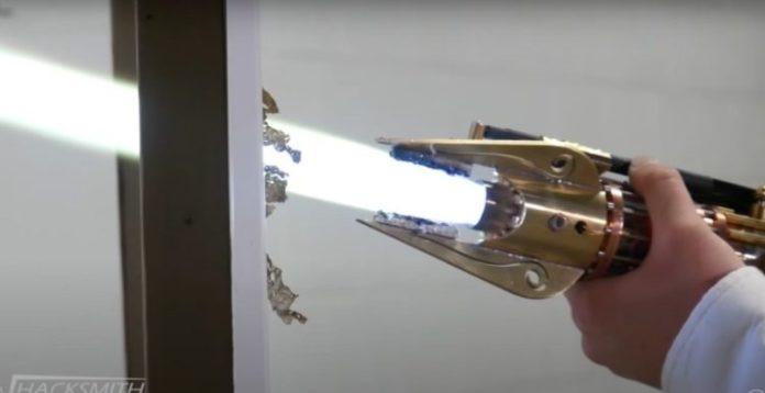 Canal do YouTube cria sabre de luz feito de plasma retrátil a 2200°C que corta aço!