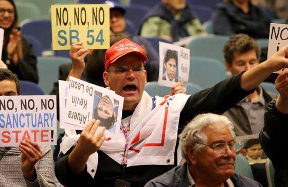Sen. Kevin de León, amid taunts from Trump supporters, tells Riverside to remain defiant