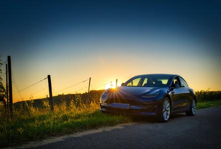 Tesla Model 3 Sonnenuntergang