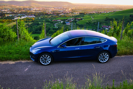 Tesla Model 3 Weinberge