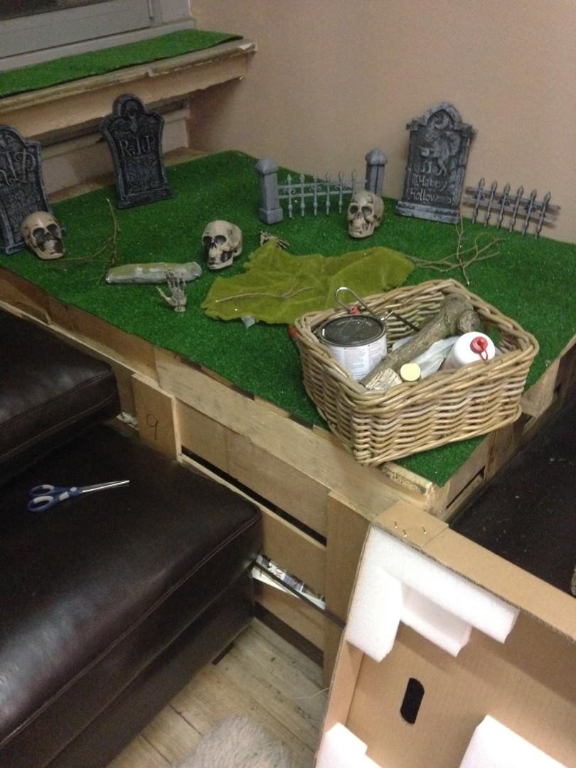costruendo il piccolo cimitero