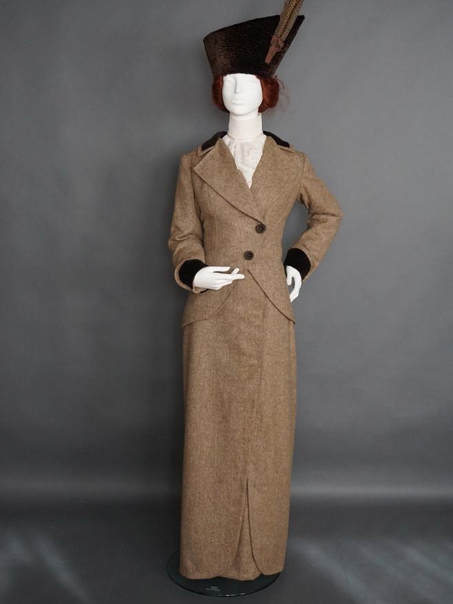 Tailor made Kostüm 1912 - 13 mit passendem Hut.