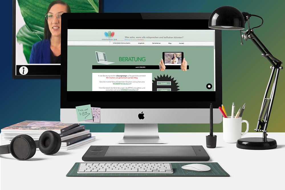 Auf einem Schreibtisch liegen typische Utensilien, wie Stifte, Kopfhörer und Bücher. Im Computer ist eine Vorschau der BBA Homepage zu sehen. Die Seite zur Beratung wird angezeigt. Im Hintergrund ist auf einem Bild Alicia Sailer zu sehen.