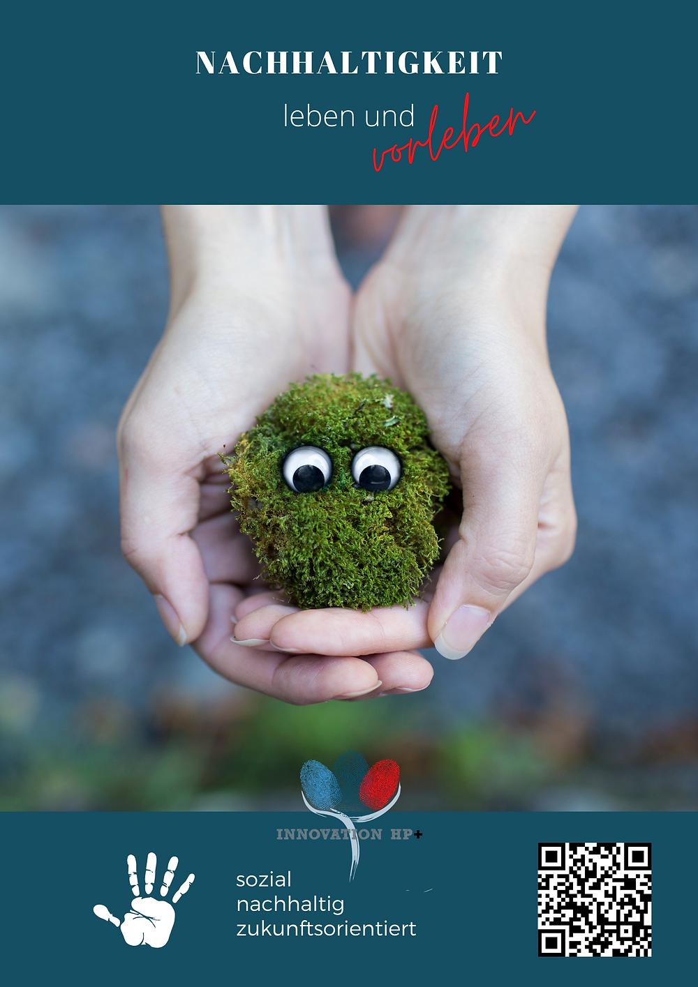 """Zwei Hände halten Moos, in dem zwei Augenpaare einen anblicken. Auf dem Plakat steht """"Nachhaltigkeit leben und vorleben""""."""