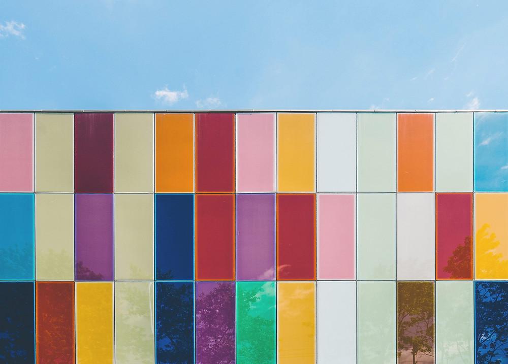 Syntolkning: färgglad fasad, blå himmel