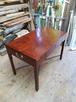 Table à tiroirs restaurée