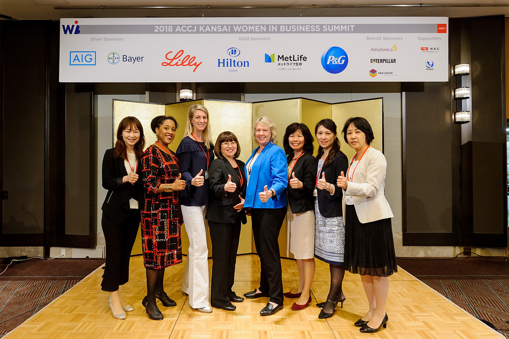 The 2018 Kansai WIB Summit was hosted by the ACCJ Kansai Women in Business (WIB) Committee at Hilton Osaka on September 13.  Pictured with the planning team are committee Chair Mary Anne Jorgensen (fourth from right) and Vide-Chairs Yoko Furuyama (third from right) and Keiko Kobayashi (fourth from left).