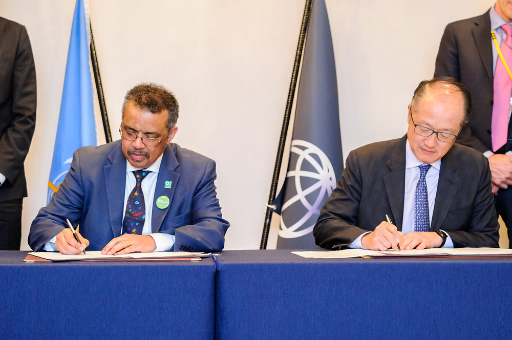 World Bank Group President Jim Yong Kim signs a strategic partnership agreement between WBG and WHO  December 14, 2017 - Tokyo, Japan. World Bank Group President, Jim Yong Kim signs a strategic partnership agreement with WHO Director General, Tedros Ghebreyesus for accelerating progress towards UHC. #HealthforAll #UHCForum Photo: Antony Tran / World Bank