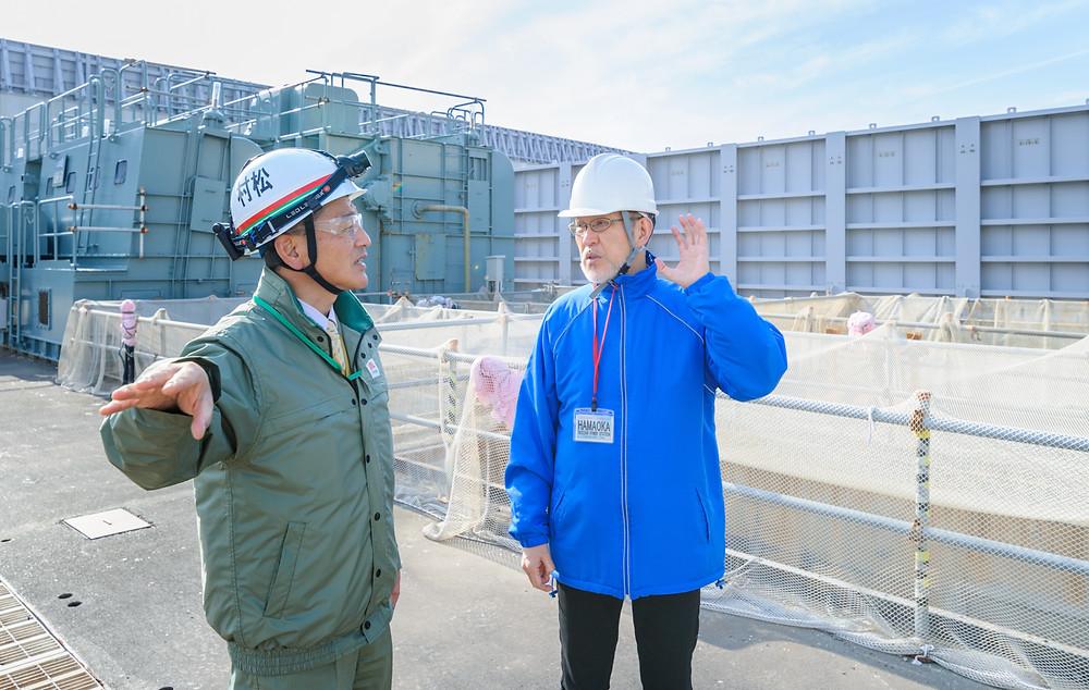 「安全」を考える  Vol.01 「リスクに向き合う」浜岡原子力発電所 - 筆者の後ろに見えるのは溢水防止壁