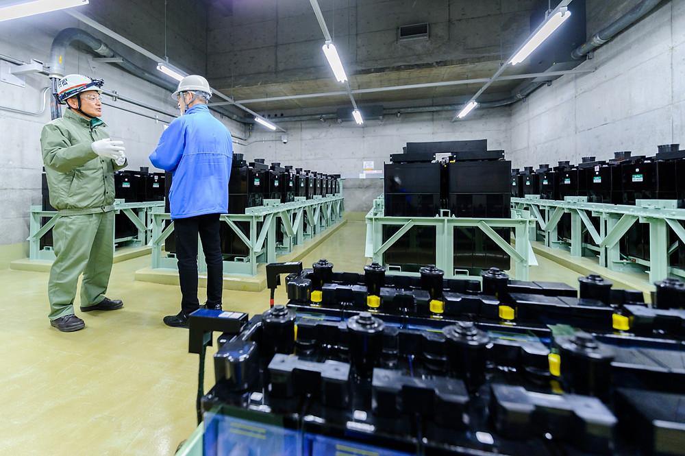 「安全」を考える  Vol.01 「リスクに向き合う」浜岡原子力発電所 - 原発建屋内に設置された蓄電池