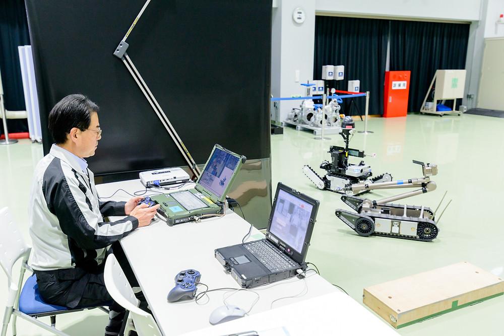 写真)ロボット操作のデモンストレーション(美浜原子力緊急事態支援センター)
