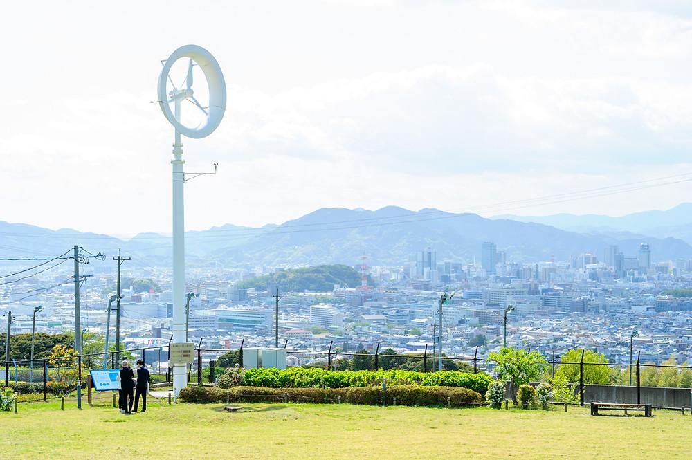 エネルギーと私たちの暮らし Vol.09 次世代エネルギーパークを回ってみた。 静岡市の環境学習プログラム 風レンズ風車 左下にいるのが筆者