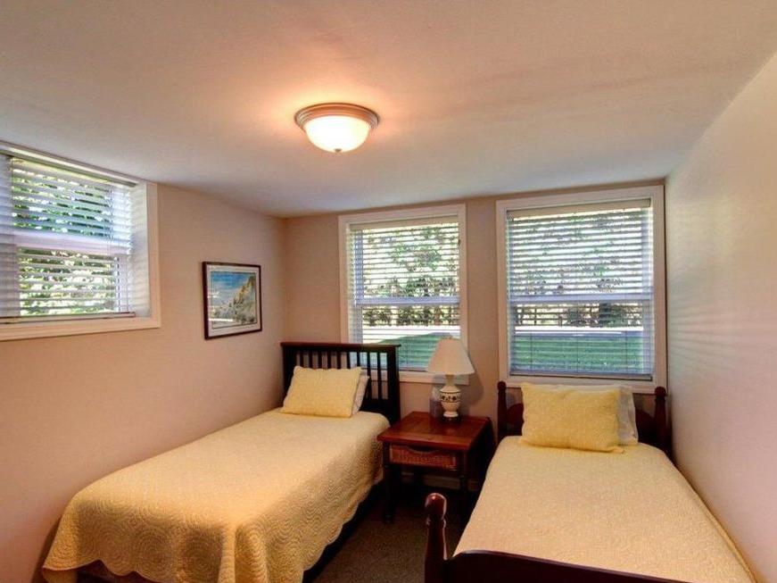 Twin bedroom - downstairs