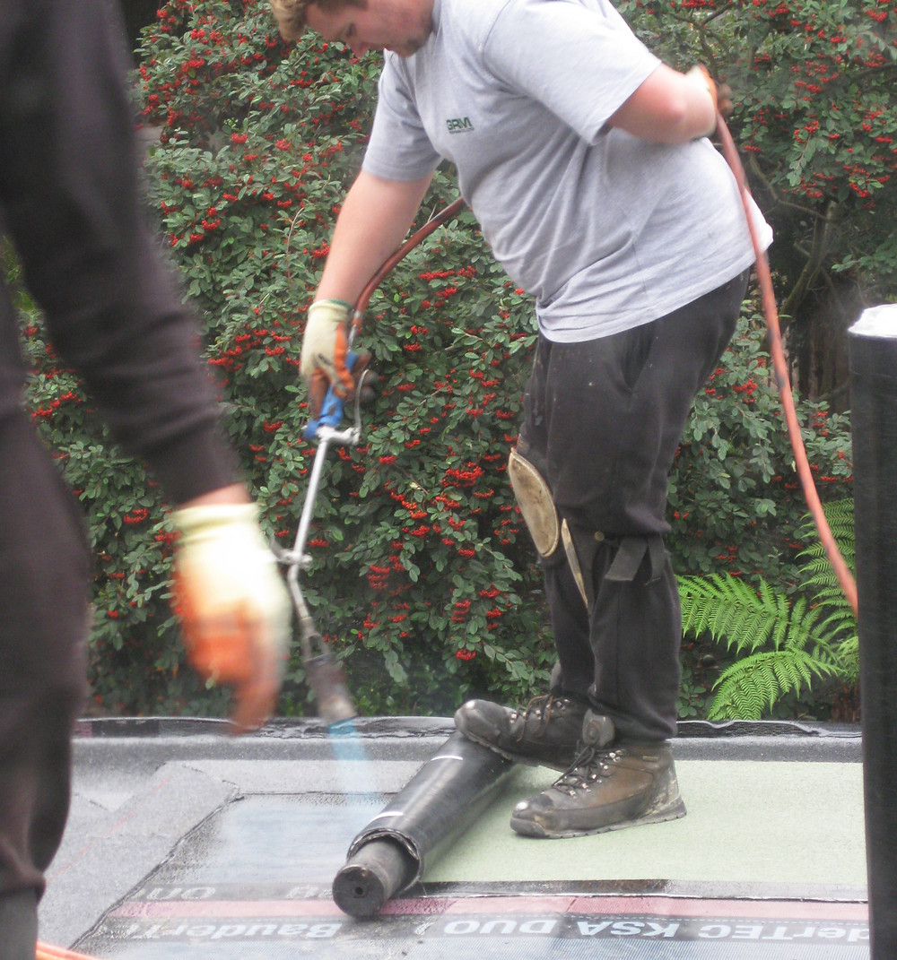 Installing the felt layer on a green roof