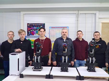 В ЦМИТ студенты собирают промышленных роботов.