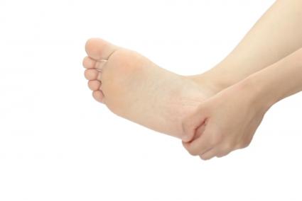パンプスでマメができる原因って?つま先やかかとの靴ずれを治す方法と予防法を解説
