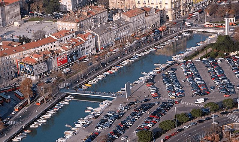 Terra Apartments Rijeka - Nearest parking spot DELTA