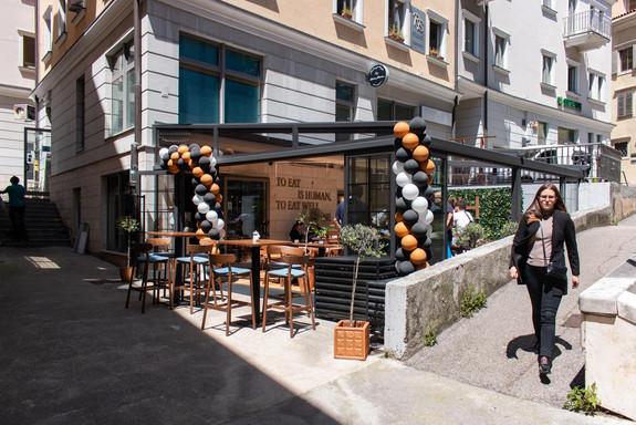 Nosh restaurant near Terra Apartments