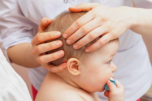 ostéopathe plagiocéphalie tête plate bébé