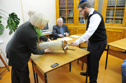 Photo 101 - Lenin Scientific Library - Guardian Bringing Out Torah Library Catal