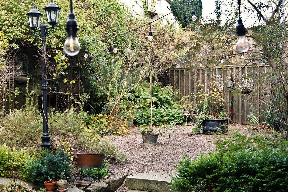 Okéns Bed & Breakfast bakgård och trädgård