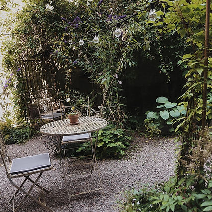 Okéns B&B hotellboende med mysig trädgård.