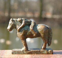 bel op pony, min, links