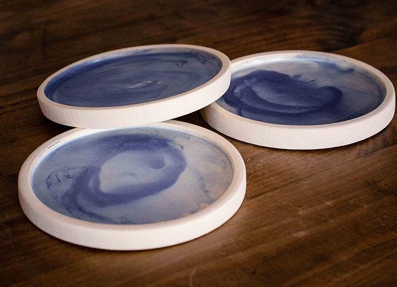Petit Blanc de ceramica feta a mà amb colors blau i blanc de la mar