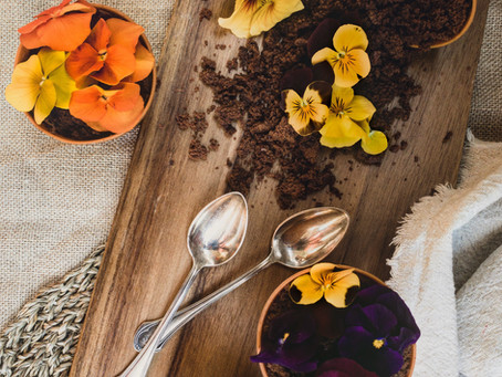 Muffins au chocolat et fleurs comestibles