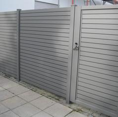Alu-Sichtschutz_Wien_9007_mit_Tür,_Kippr