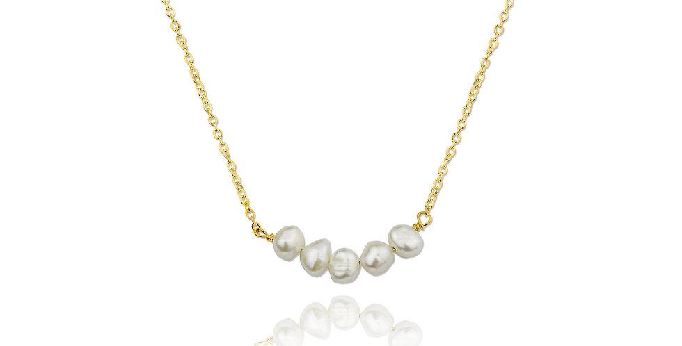 Cadena dorada con cinco perlas. Plata de ley bañada en oro de 18K