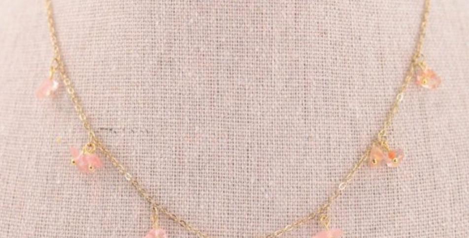 Collar dorado con pequeños abalorios rosados translúcidos