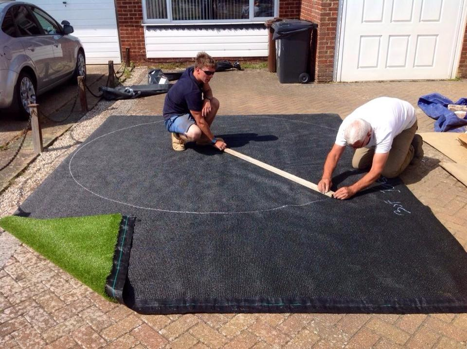 CUTTING THE ARTIFICIAL LAWN